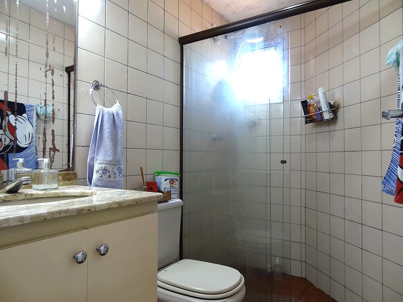 Jabaquara, Apartamento Padrão-Banheiro social com piso de cerâmica, pia de mármore, gabinete e box de vidro.
