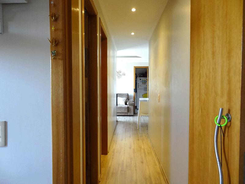 Sacomã, Apartamento Padrão-Corredor com piso laminado, teto com moldura de gesso e iluminação embutida.