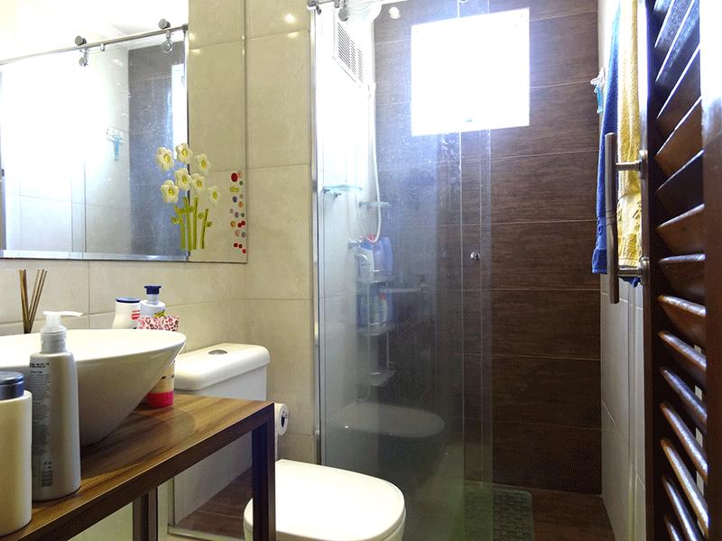 Sacomã, Apartamento Padrão-Banheiro social com piso de cerâmica, pia com bancada de madeira, cuba sobreposta, gabinete, box de vidro, teto com moldura de gesso e iluminação embutida.