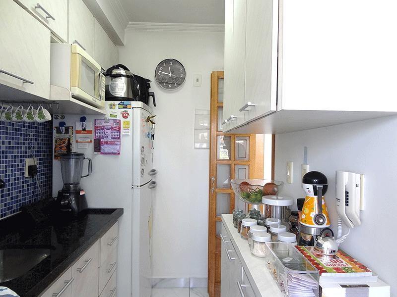Sacomã, Apartamento Padrão-Cozinha com piso de cerâmica, pia de granito, gabinete, armários planejados, teto com moldura de gesso e porta de vidro na passagem para a área de serviço.
