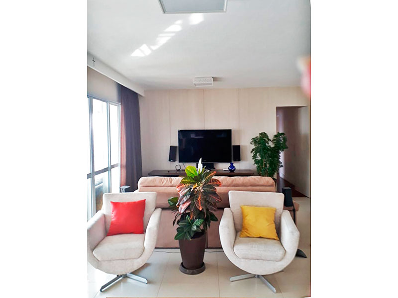 Jabaquara, Apartamento Garden - Sala com piso de porcelanato, teto com sanca, e acesso a varanda gourmet.