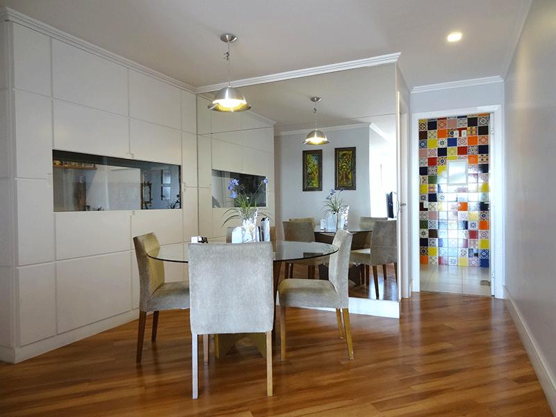 Ipiranga, Apartamento Padrão-Sala em L com piso com piso laminado, teto com moldura de gesso, iluminação embutida e acesso à sacada.