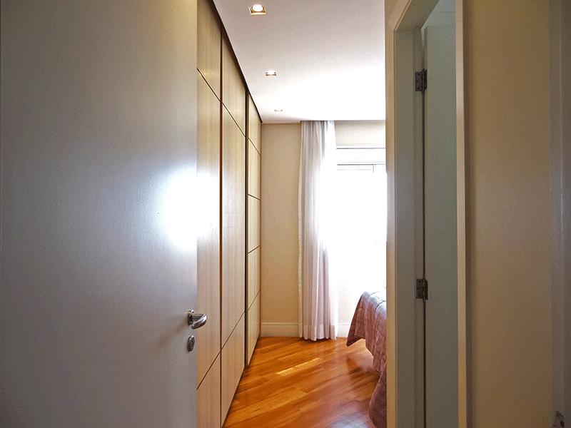 Ipiranga, Apartamento Padrão-1º suíte com piso laminado, teto rebaixado, iluminação embutida e armários planejados.