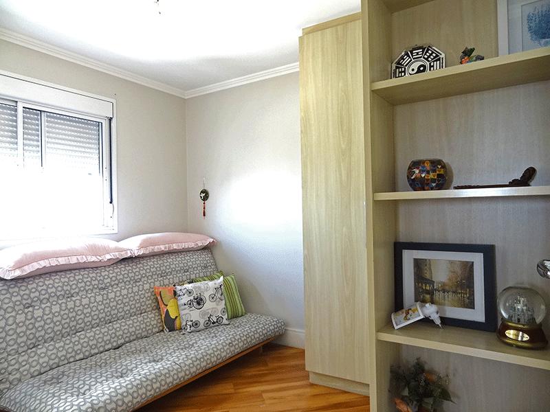 Ipiranga, Apartamento Padrão-2º suíte com piso laminado, armários planejados e teto com moldura de gesso.