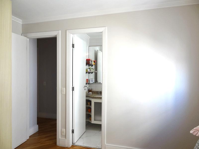 Ipiranga, Apartamento Padrão-Banheiro da suíte com piso de cerâmica, pia de granito com gabinete, gabinete, box de vidro e teto com moldura de gesso.