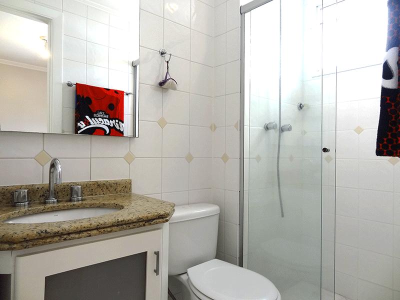 Ipiranga, Apartamento Padrão-Banheiro da suíte com piso de cerâmica, pia de granito com gabinete, gabinete, box de vidro e teto com moldura de gesso (banheiro social transformado em banheiro da suíte).