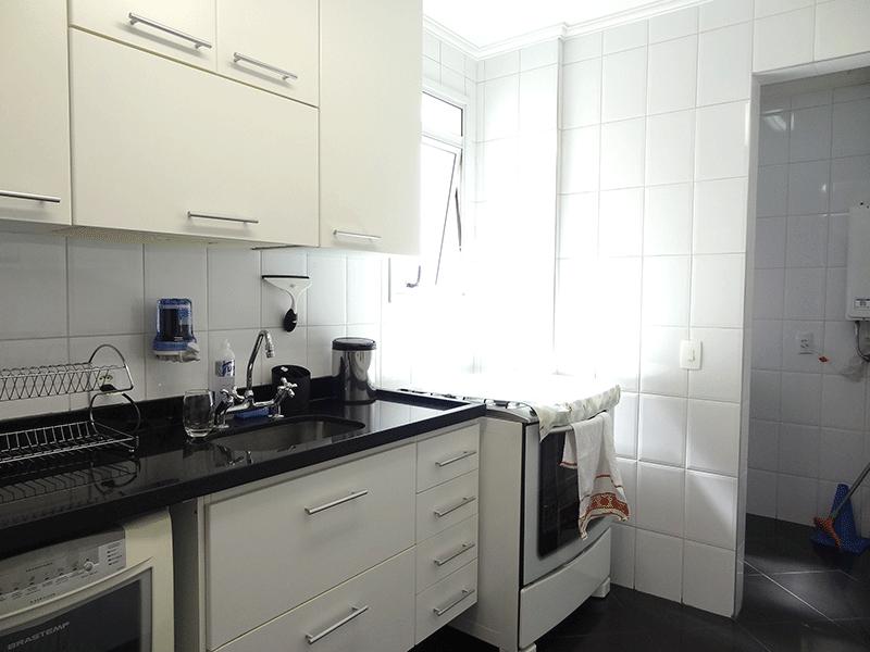 Jabaquara, Apartamento Padrão-Banheiro social  com piso de cerâmica, pia de granito, gabinete, box de vidro e teto com moldura de gesso.
