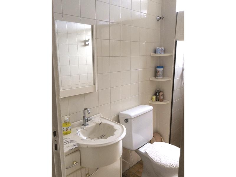 Sacomã, Apartamento Padrão-Banheiro social com piso de cerâmica, pia sintética, gabinete e box de vidro.