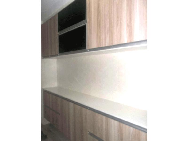 Sacomã, Apartamento Padrão-Cozinha com piso de porcelanato, pia de granito, gabinete, armários planejados e teto com moldura de gesso.