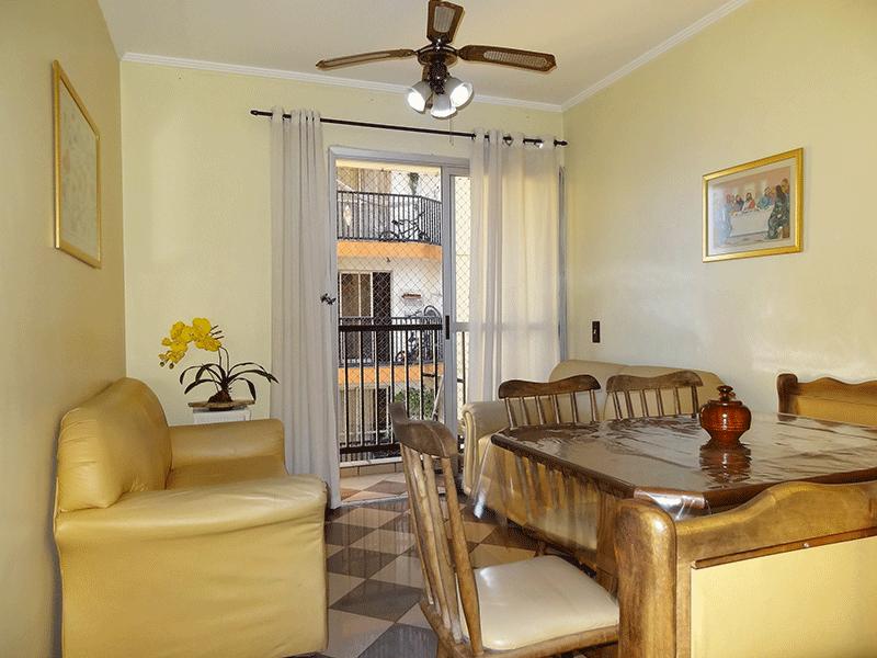 Sacomã, Apartamento Padrão - Sala retangular com piso de porcelanato, armário embutido, teto com moldura de gesso e acesso à varanda.