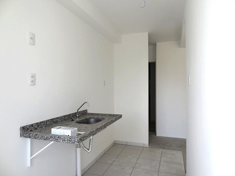 Jabaquara, Apartamento Padrão-Cozinha americana com piso de cerâmica, pia de granito e porta de vidro na passagem para a área de serviço.