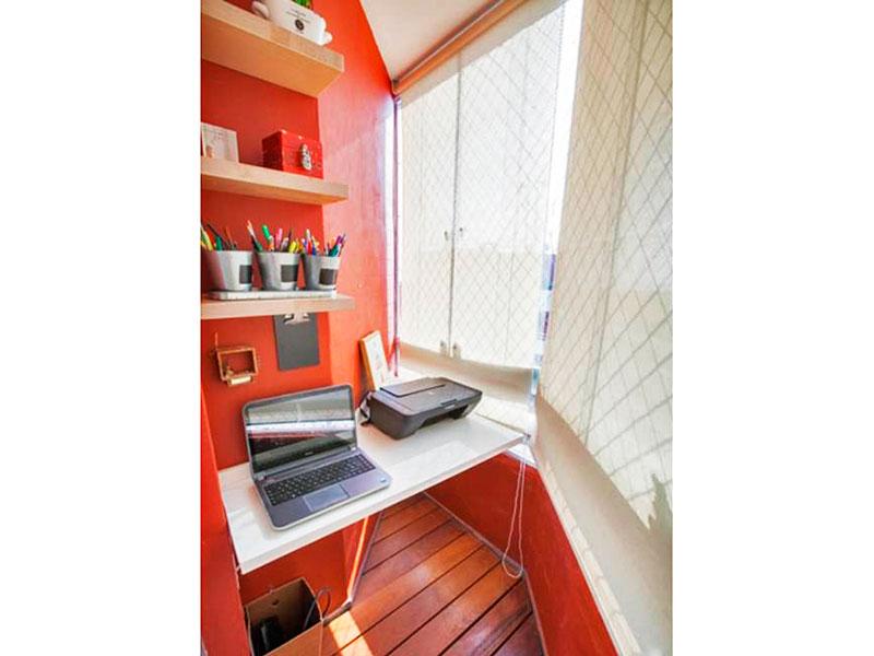 Jabaquara, Apartamento Padrão-Sacada com piso de madeira, fechamento de vidro e tela de proteção.