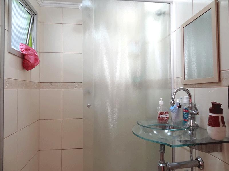 Ipiranga, Apartamento Padrão-Banheiro da suíte com piso de cerâmica, pia de vidro, box de vidro e teto com moldura de gesso.