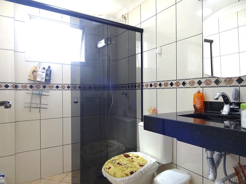 Ipiranga, Apartamento Padrão-Banheiro social com piso de cerâmica, pia de granito, box de vidro e teto com moldura de gesso.