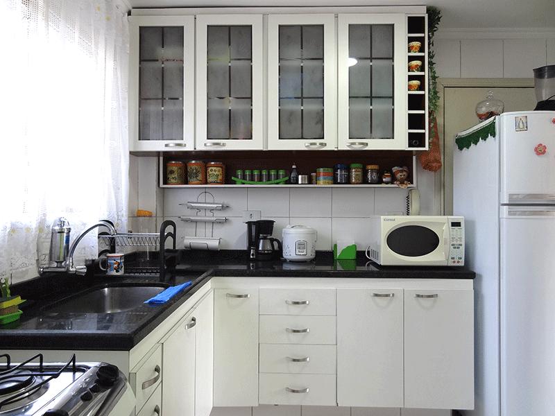 Ipiranga, Apartamento Padrão-Cozinha com piso de cerâmica, pia de mármore, gabinete, armários planejados e teto com moldura de gesso.