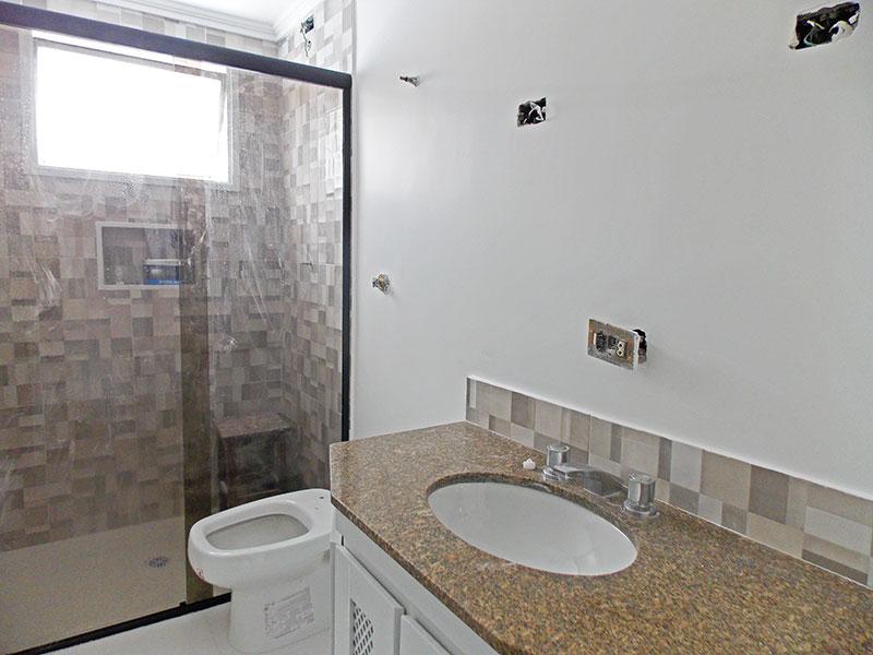 Ipiranga, Apartamento Padrão-Banheiro social com piso de cerâmica, teto com moldura de gesso, gabinete, pia de granito e box de vidro.