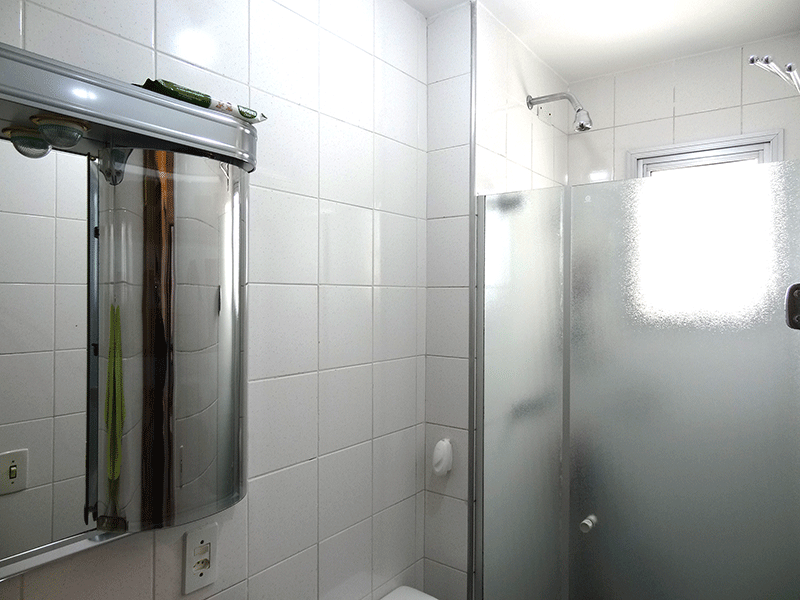 Jabaquara, Apartamento Padrão-Banheiro da suíte com piso e pia de granito, gabinete e box de vidro.
