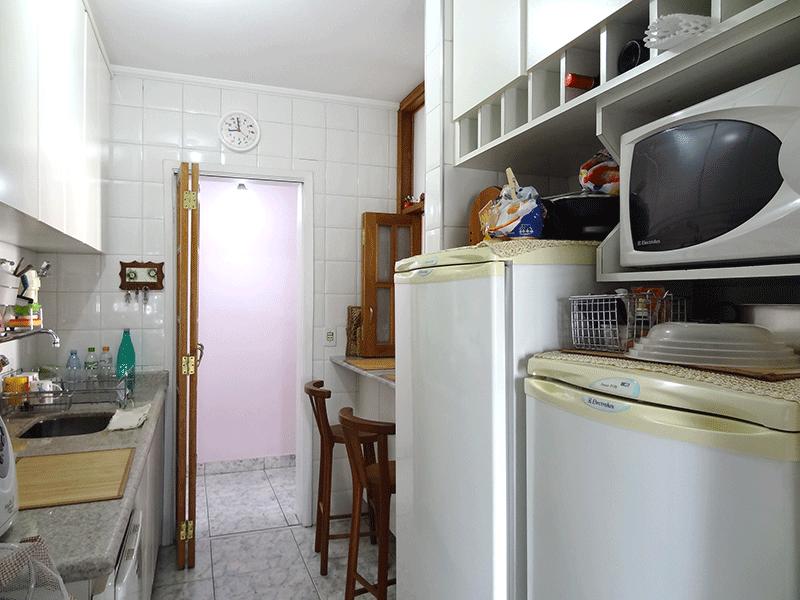 Jabaquara, Apartamento Padrão-Cozinha com piso de cerâmica, pia de granito, gabinete, armários planejados e teto com moldura de gesso.