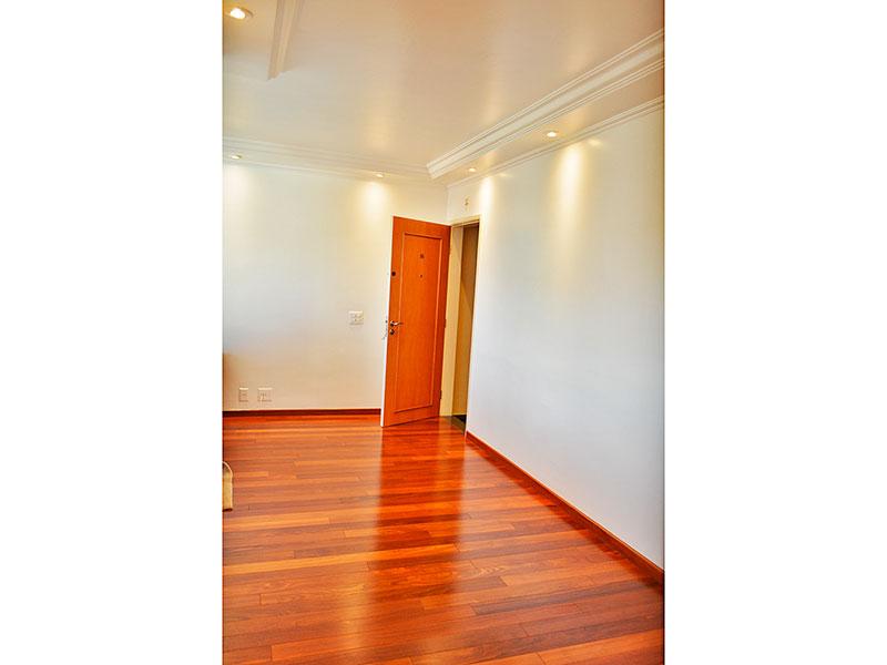 Jabaquara, Apartamento Padrão-Sala em L com piso de tacão, teto com sanca de gesso, iluminação embutida e acesso a varanda.