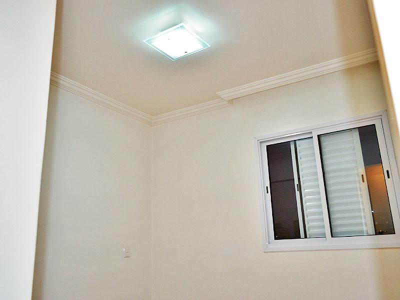 Jabaquara, Apartamento Padrão-Suíte com piso de tacão, teto com sanca de gesso e armários embutidos.