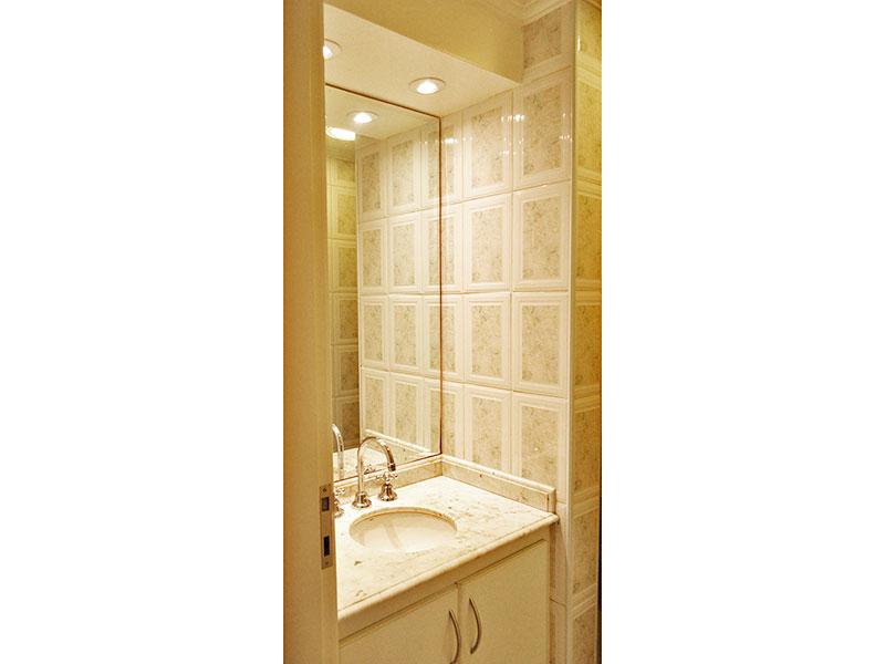 Jabaquara, Apartamento Padrão-Banheiro da suíte com piso de cerâmica, teto com moldura de gesso, gabinete, pia de mármore e box de vidro.