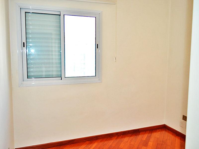 Jabaquara, Apartamento Padrão-2º Quarto com piso de tacão, teto com sanca de gesso e armários planejados.