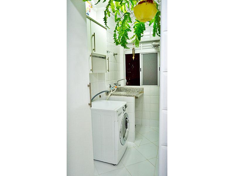 Jabaquara, Apartamento Padrão-Área de serviço com piso de cerâmica, teto com moldura de gesso e aquecedor de passagem.