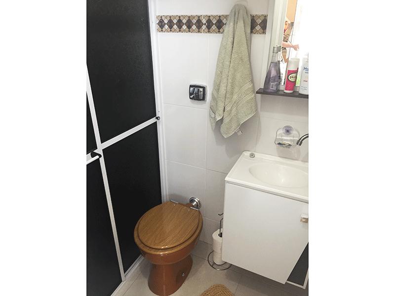 Ipiranga, Apartamento Padrão-Banheiro com piso de cerâmica, pia sintética, gabinete e box de vidro.