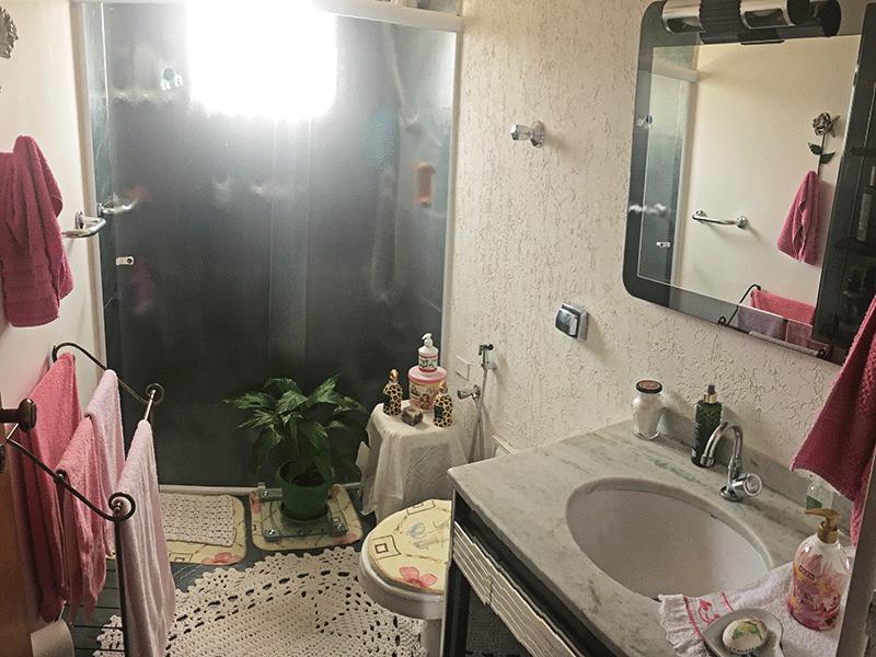Ipiranga, Apartamento Padrão-Banheiro social com pia de mármore, gabinete e box de vidro.