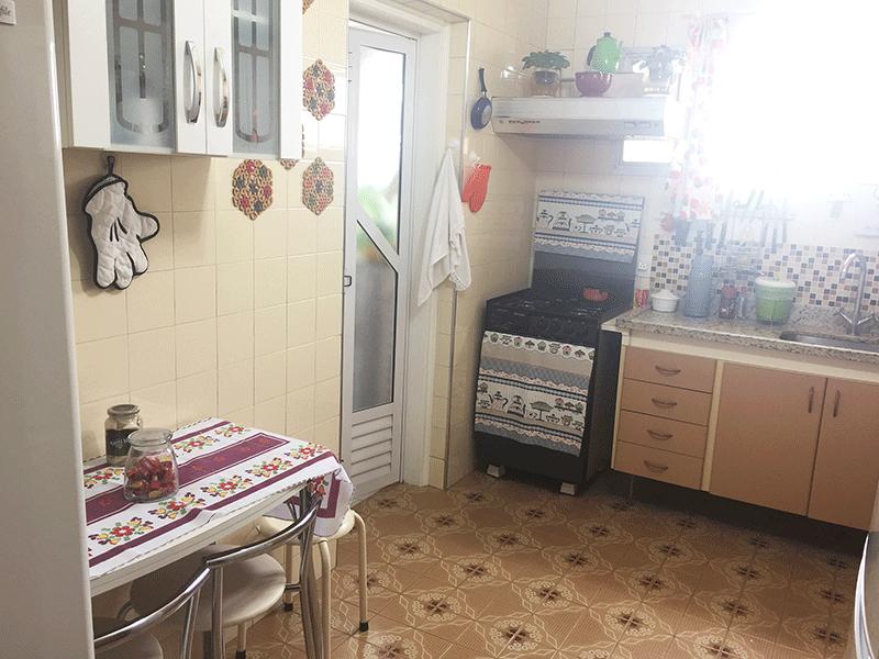 Ipiranga, Apartamento Padrão-Cozinha com piso de cerâmica, pia de granito, gabinete, coifa, armários planejados e porta de alumínio na passagem para a área de serviço.