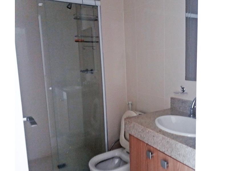 Jabaquara, Apartamento Padrão-Banheiro com piso de cerâmica, pia de granito, gabinete e box de vidro.