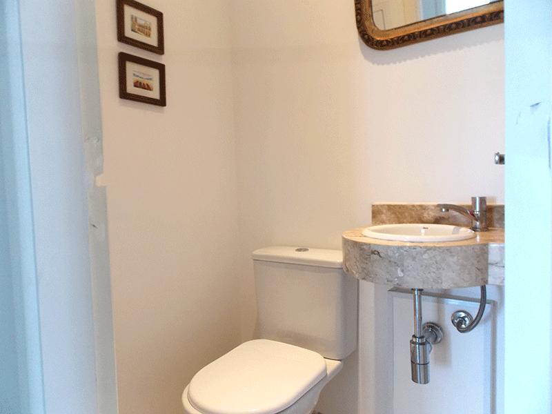 Jabaquara, Apartamento Padrão-Lavabo com piso de cerâmica, pia de mármore e teto com moldura de gesso.