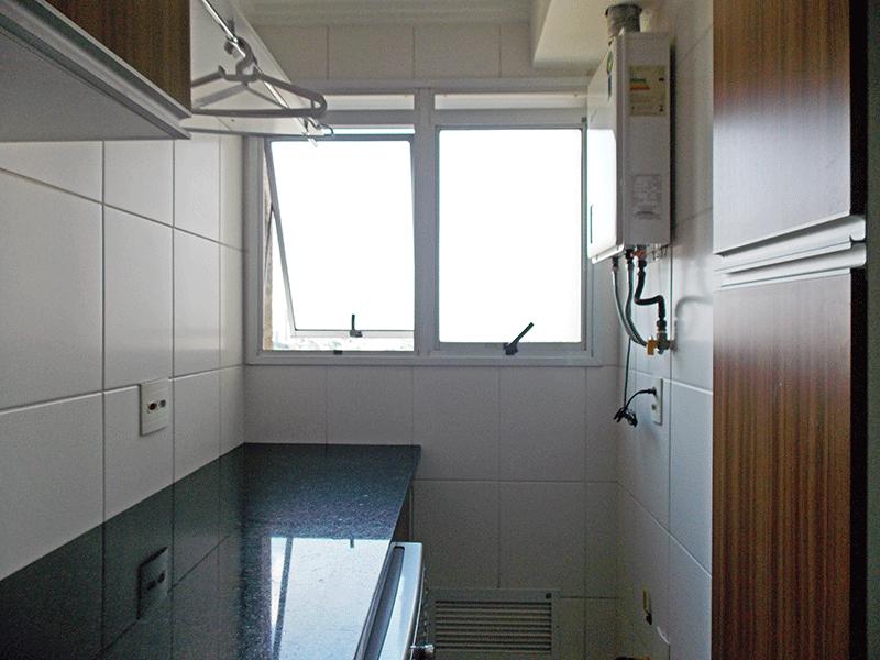 Jabaquara, Apartamento Padrão-Área de serviço com piso de cerâmica, pia de granito, gabinete, aquecedor de passagem e armários planejados.