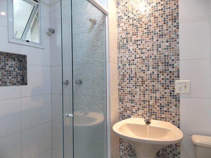 Sacomã, Apartamento Padrão-Banheiro da suíte com piso de porcelanato, pia de porcelana, box de vidro e teto com moldura de gesso.