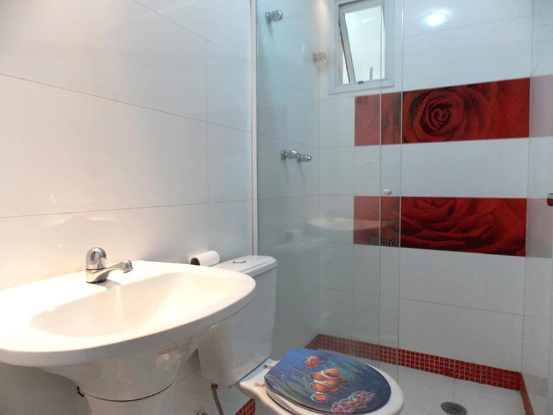 Sacomã, Apartamento Padrão-Banheiro social com piso de porcelanato, pia de porcelana, box de vidro e teto com moldura de gesso.