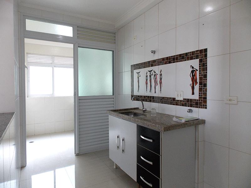 Sacomã, Apartamento Padrão-Cozinha com piso de porcelanato, pia de granito, gabinete e teto com moldura de gesso.