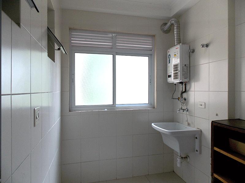 Sacomã, Apartamento Padrão-Área de serviço com piso de porcelanato, aquecedor de passagem e teto com moldura de gesso.