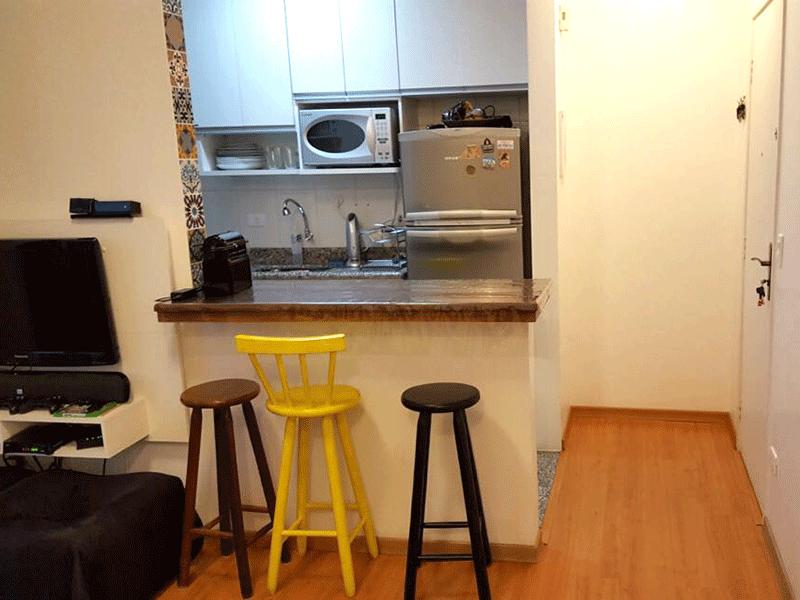 Sacomã, Apartamento Padrão-Cozinha americana com pia de granito, gabinete e armários planejados.