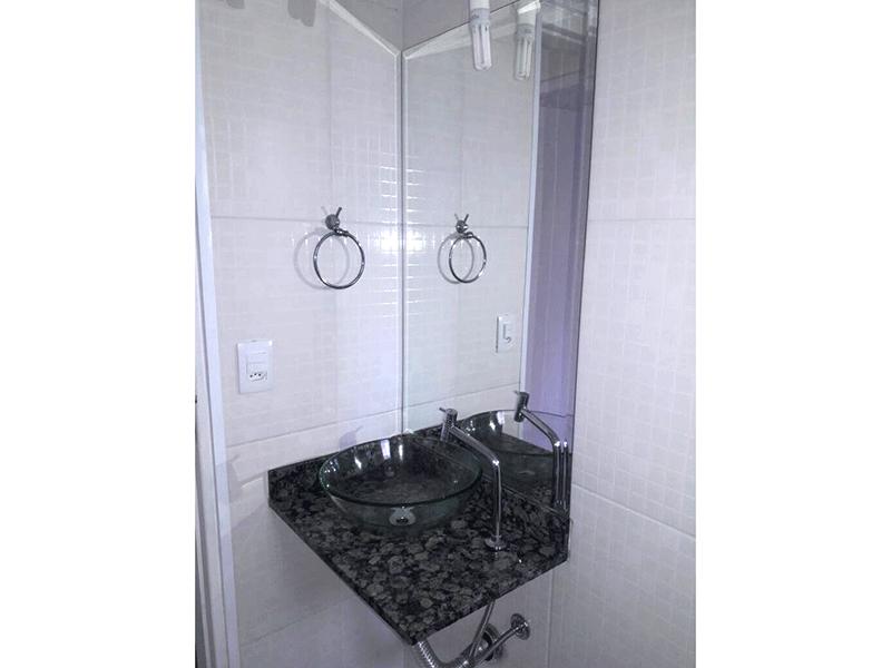 Sacomã, Apartamento Padrão-Banheiro social com piso de cerâmica, pia com bancada de granito, cuba sobreposta, box de vidro e teto com moldura de gesso.