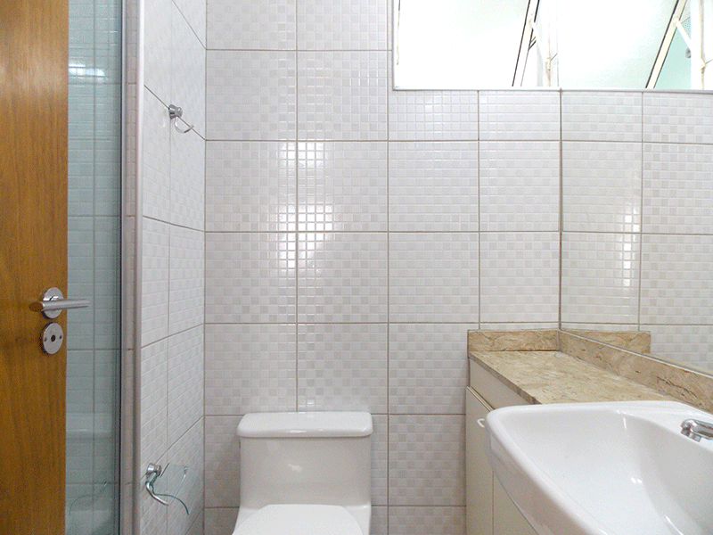 Sacomã, Apartamento Padrão-Banheiro social com piso de cerâmica, pia com bancada de granito, cuba semi encaixe, gabinete, box de vidro e teto com moldura de gesso.