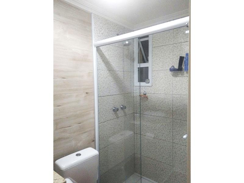Sacomã, Apartamento Padrão-Banheiro social com piso de cerâmica, pia com bancada de granito, cuba sobreposta, gabinete, box de vidro e teto com moldura de gesso.
