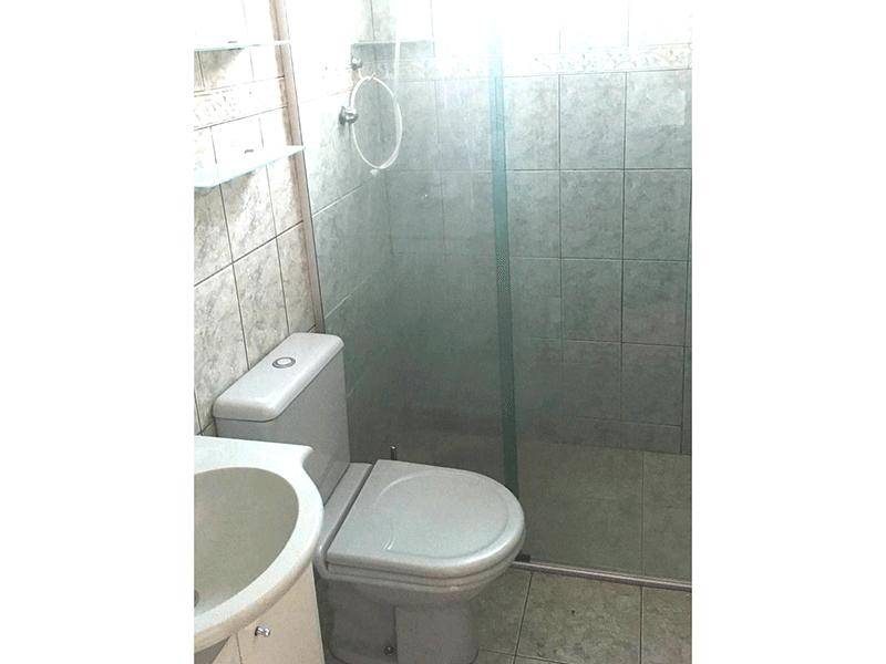 Jabaquara, Apartamento Padrão-Banheiro social com piso de cerâmica, pia sintética, gabinete e box de vidro.