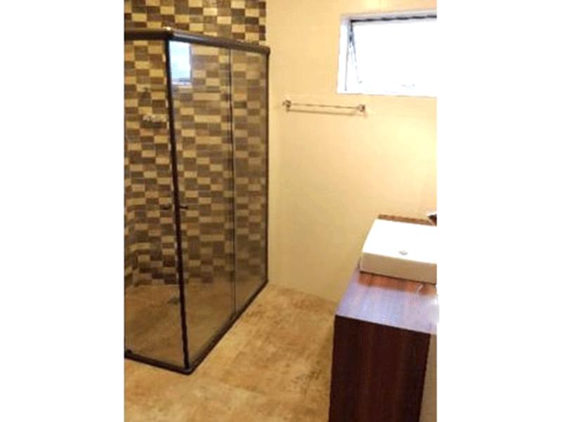 Jabaquara, Apartamento Padrão-Banheiro social com piso de porcelanato pia com cuba sobreposta, gabinete e box de vidro.