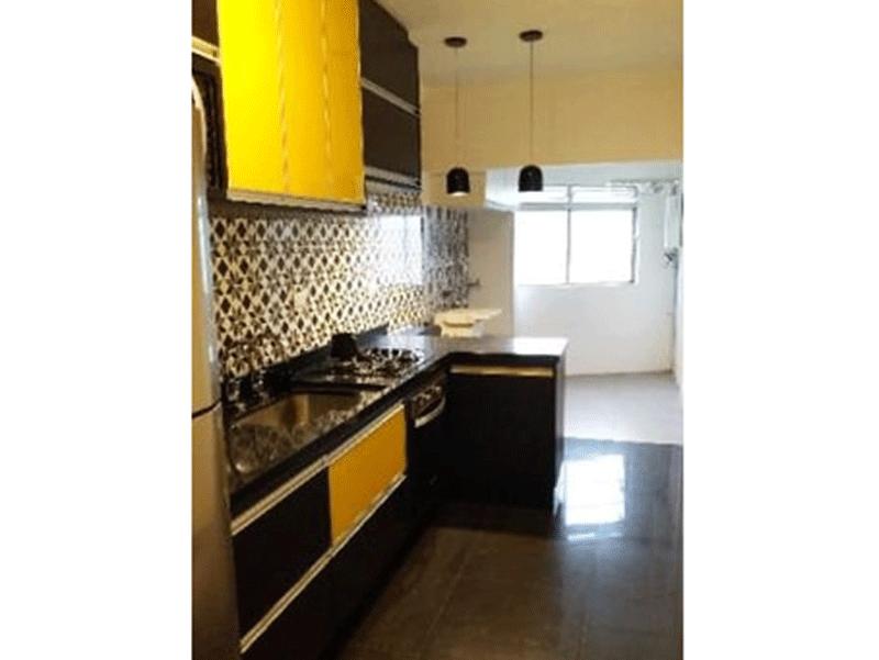 Jabaquara, Apartamento Padrão-Cozinha com piso de porcelanato, pia de granito, gabinete, armários planejados e teto com moldura de gesso.