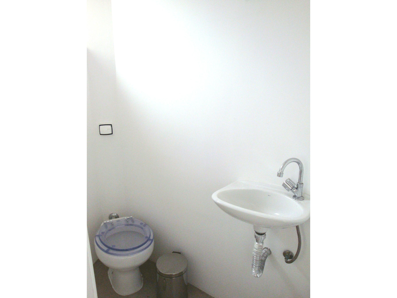 Jabaquara, Apartamento Padrão-Banheiro de serviço com piso de porcelanato e pia de porcelana.