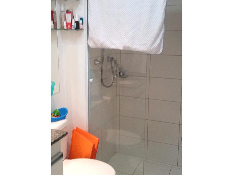 Ipiranga, Apartamento Padrão-Banheiro com piso de cerâmica, pia de granito, gabinete e box de vidro.