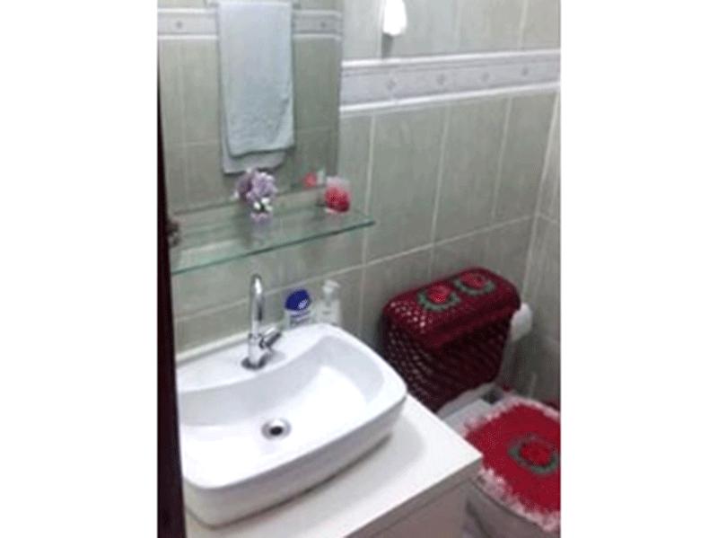 Sacomã, Apartamento Padrão-Banheiro da suíte com piso de cerâmica, pia com cuba sobreposta, gabinete e box de vidro.