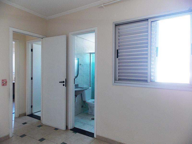 Sacomã, Apartamento Padrão-Suíte com piso de cerâmica, armários embutidos e teto com moldura de gesso.