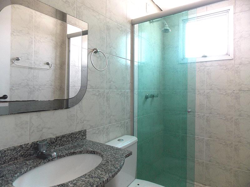 Sacomã, Apartamento Padrão-Banheiro da suíte com piso de cerâmica, pia de granito, box de vidro e teto rebaixado.