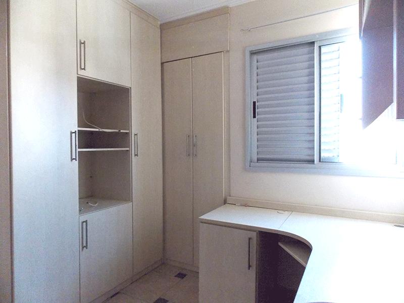 Sacomã, Apartamento Padrão-2º dormitório com piso de cerâmica, armários planejados, papel de parede e teto com moldura de gesso.